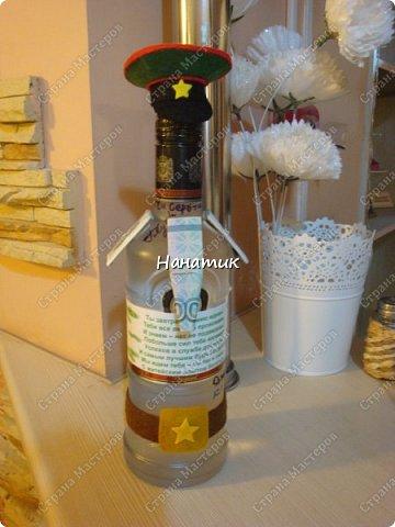 Добрый вечер! Такую бутылку сделала призывнику в армию. Фуражку решила сделать зеленой - какие будут войска - не знаю, но решилась на такую). А теперь немного по порядку. фото 7