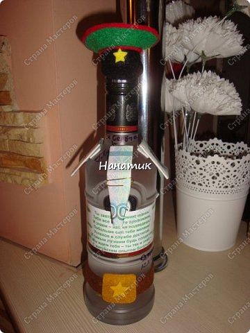 Добрый вечер! Такую бутылку сделала призывнику в армию. Фуражку решила сделать зеленой - какие будут войска - не знаю, но решилась на такую). А теперь немного по порядку. фото 2