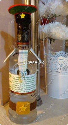 Добрый вечер! Такую бутылку сделала призывнику в армию. Фуражку решила сделать зеленой - какие будут войска - не знаю, но решилась на такую). А теперь немного по порядку. фото 1