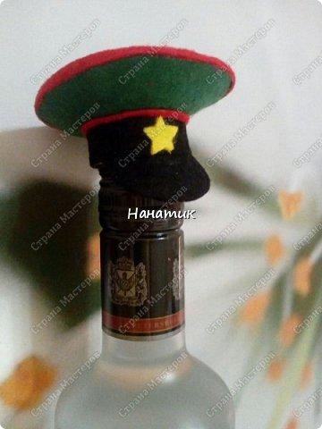 Добрый вечер! Такую бутылку сделала призывнику в армию. Фуражку решила сделать зеленой - какие будут войска - не знаю, но решилась на такую). А теперь немного по порядку. фото 3