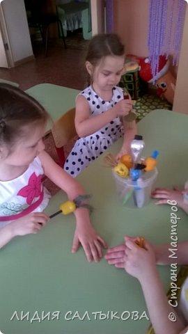 дидактическая игра «Веселые Насекомые» Материал: ткань, синтепон или поролон, цветная верёвка и палочка. Использование: для закручивания, игр – соревнований, как ориентир при ходьбе, беге или построениях, как сюрпризный и игровой момент. Цель: Развитие мелкой моторики рук, равновесия, развития речи, сенсорики, ориентировки, терпения и воли.  фото 12