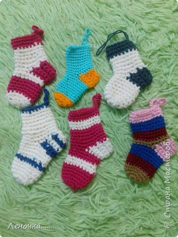Всем привет. Вот такие  носочки для нашей елочки связались на днях))))) фото 1