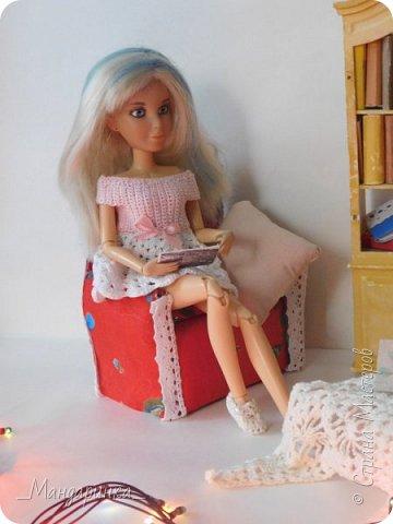 """Всем доброго времени суток! Уже довольно таки я связала два платья(которые чуть попозже я выставлю на продажу в своей группе) и сделала кресло. На самом деле у меня уже поднакопилось много всего нового, но сфотографировать возможности нет.Когда я фотографировала эту запись, то у меня сразу возникла идея для мини-истории. С неё я, пожалуй, и начну. ----------------------------------------------------------------------------------------------------------- Соня в этот тихий осенний вечер сидела дома. Комната, в которой она находилась, ничем не отличалась от самой обычной комнаты любого другого дома: старый шкаф с книгами, уютное кресло, столик с накинутой на него шалью, какой-то книгой и чашкой чая, которая удивительно долгое время оставалась горячей.Девушка была увлечена чтением желтоватых страниц. Она представляла себя на месте Катерины. """"Что бы я сделала? Как бы я поступила?"""" - всплывали вопросы в её голове. Дома царила тишина и покой.  фото 3"""