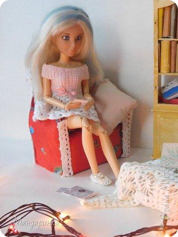 """Всем доброго времени суток! Уже довольно таки я связала два платья(которые чуть попозже я выставлю на продажу в своей группе) и сделала кресло. На самом деле у меня уже поднакопилось много всего нового, но сфотографировать возможности нет.Когда я фотографировала эту запись, то у меня сразу возникла идея для мини-истории. С неё я, пожалуй, и начну. ----------------------------------------------------------------------------------------------------------- Соня в этот тихий осенний вечер сидела дома. Комната, в которой она находилась, ничем не отличалась от самой обычной комнаты любого другого дома: старый шкаф с книгами, уютное кресло, столик с накинутой на него шалью, какой-то книгой и чашкой чая, которая удивительно долгое время оставалась горячей.Девушка была увлечена чтением желтоватых страниц. Она представляла себя на месте Катерины. """"Что бы я сделала? Как бы я поступила?"""" - всплывали вопросы в её голове. Дома царила тишина и покой.  фото 4"""
