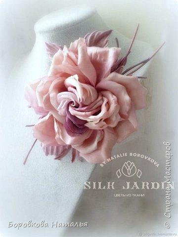 Брошь ручной работы  выполнена из японского шёлкового атласа в японской технике цветоделия.. Каждый элемент покрашен в ручную в нежные бледно-розовые пыльные  оттенки.   Брошь декорирована листьями из японского бархата и трубочками, тонированными в тон цветка.  Листья выполнены из двух слоёв шёлка, что придает цветку более высокую износостойкость!  Крепёж  - булавка, что позволяет крепить брошь и на ободок, на пояс платья, на сумку.  фото 2