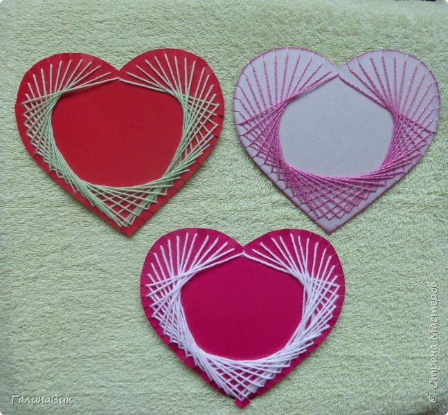 Добрый всем день!!! Предлагаю идею для создания подарка к замечательному празднику. На красном картоне в виде сердца выполнена изинить. Дополнено сердце розой, выполненной в технике оригами. Роза вставлена под изонить и приклеена внизу и сверху. фото 7