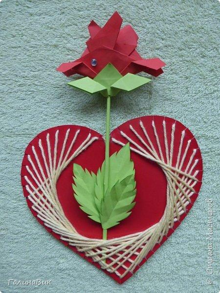 Добрый всем день!!! Предлагаю идею для создания подарка к замечательному празднику. На красном картоне в виде сердца выполнена изинить. Дополнено сердце розой, выполненной в технике оригами. Роза вставлена под изонить и приклеена внизу и сверху. фото 1