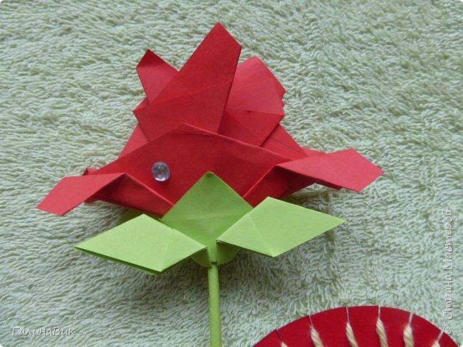 Добрый всем день!!! Предлагаю идею для создания подарка к замечательному празднику. На красном картоне в виде сердца выполнена изинить. Дополнено сердце розой, выполненной в технике оригами. Роза вставлена под изонить и приклеена внизу и сверху. фото 2