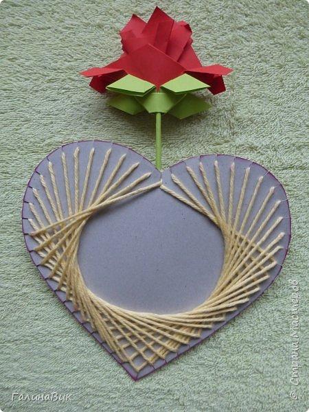 Добрый всем день!!! Предлагаю идею для создания подарка к замечательному празднику. На красном картоне в виде сердца выполнена изинить. Дополнено сердце розой, выполненной в технике оригами. Роза вставлена под изонить и приклеена внизу и сверху. фото 5