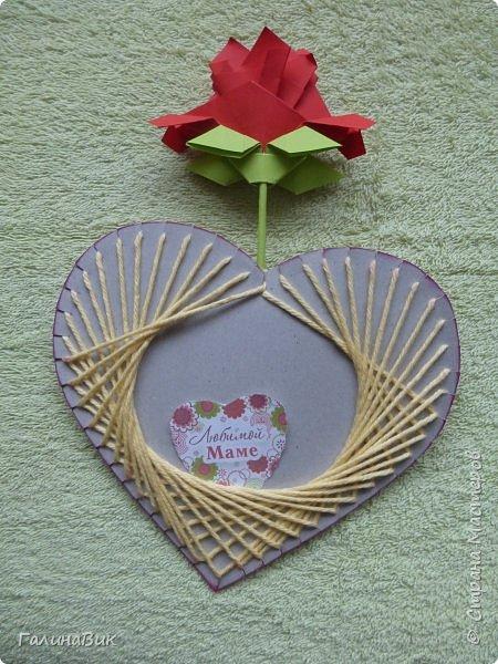 Добрый всем день!!! Предлагаю идею для создания подарка к замечательному празднику. На красном картоне в виде сердца выполнена изинить. Дополнено сердце розой, выполненной в технике оригами. Роза вставлена под изонить и приклеена внизу и сверху. фото 6