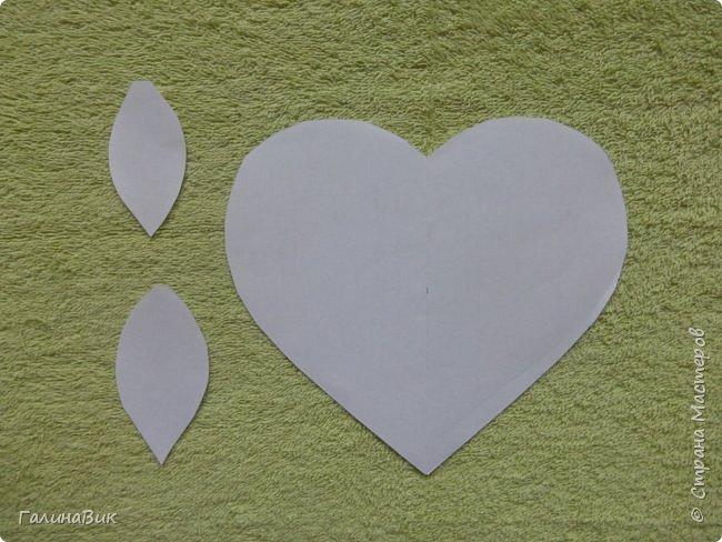 Добрый всем день!!! Предлагаю идею для создания подарка к замечательному празднику. На красном картоне в виде сердца выполнена изинить. Дополнено сердце розой, выполненной в технике оригами. Роза вставлена под изонить и приклеена внизу и сверху. фото 9