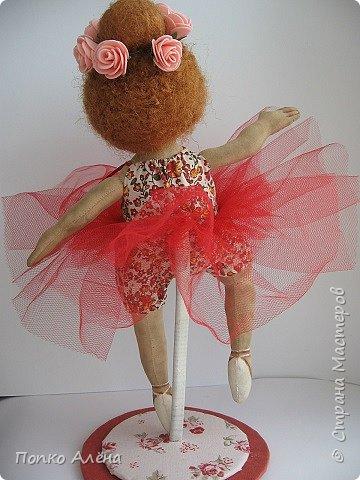 Здравствуйте, Мастера и Мастерицы! Представляю Вашему вниманию маю красавицу куколку Аленка!  Ростиком в 29 см, стоит и сидит самостоятельно. Голова подвижная, ручки и ножки сгибаются. Одежда полностью съемная: платье из хлопка; пышные панталончики из хлопка; трикотажные носочки; туфельки из кожзама. Волосы - шерсть, очень мягкие. Кукла держит в ручках спящего котенка. Текстильная кукла может быть игровой для ребенка при условии бережного обращения.  фото 25