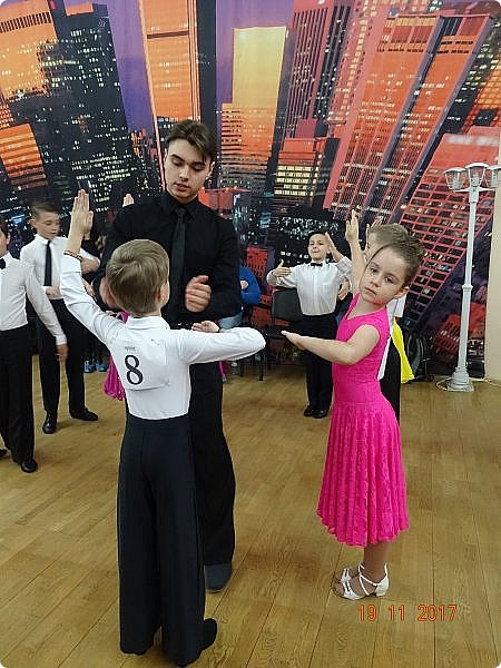 Часть 1. Аттестация бального танца Дебют. Сентабрь 2017 Спортивно-бальные танцы — группа различных парных танцев, некоторые из которых имеют народные истоки.  Под «бальными танцами» в настоящее время подразумевают словосочетания «спортивные танцы» (СБТ, «спортивные бальные танцы») и «танцевальный ». Это отображено в названиях различных танцевальных организаций, например: «Московская федерация спортивного танца» или «Московская федерация танцевального спорта». В настоящее время к бальным танцам относят 10 различных танцев, разбитых на две программы. * В европейскую программу входят: медленный вальс (Бостон), квикстеп (быстрый фокстрот), венский вальс, танго, медленный фокстрот. *В латиноамериканскую: самба, ча-ча-ча, румба, пасодобль, джайв. Теоретически, под определение бального подпадают такие танцы, как мазурка, полонез, котильон, кадриль, сальса, твист, рок-н-рол и др., однако на соревнованиях они не исполняются. фото 10