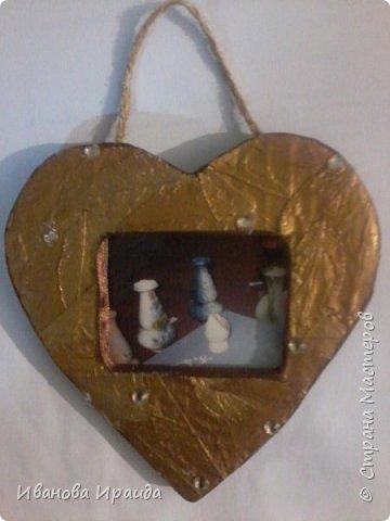 Работу выполнила девочка Милена 2класс. Работа выполнена из сухих листьев и покрыта аэрозольной краской фото 1