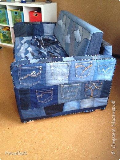 Купили икеевский страшненький диван в комнату ребёнку, со временем хочу сделать ее в джинсовой тематике, пока только начало фото 4