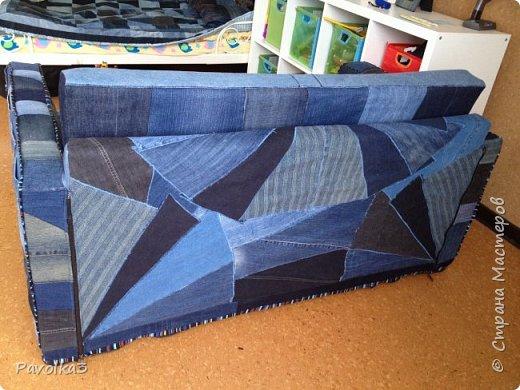Купили икеевский страшненький диван в комнату ребёнку, со временем хочу сделать ее в джинсовой тематике, пока только начало фото 3