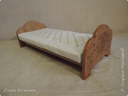 Снова шью для куклы. Получилась вот такая кроватка, а к ней постелька. Подарок на день рождения для маленькой девочки Марианы. фото 3