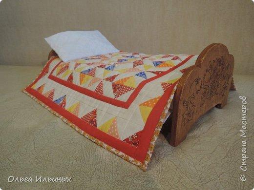 Снова шью для куклы. Получилась вот такая кроватка, а к ней постелька. Подарок на день рождения для маленькой девочки Марианы. фото 1
