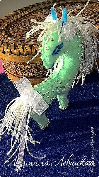 Здравствуйте, уважаемые жители Страны! У меня родилось еще несколько елочных игрушек из фетра! Спешу Вам их показать!      Лошадка-инопланетянка. фото 2