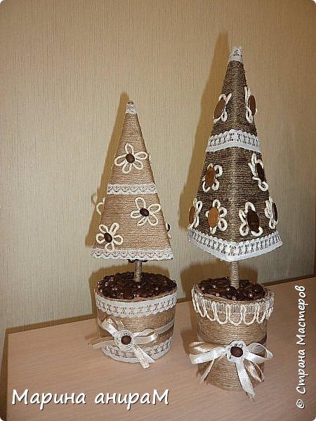 Представляю Вам серию деревьев счастья.Они могут быть по разному украшены, обернуты разным цветом шпагата и абсолютно по разному задекорированы. Можно подарить как денежное дерево, используя в качестве декора монетки. Вот мои варианты подачи. фото 1