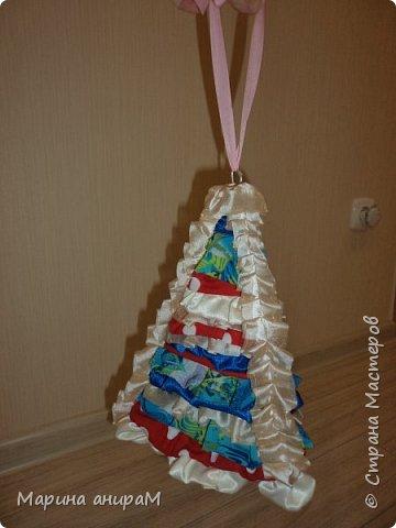Эта елочка была сделана в качестве елочной игрушки из остатков ткани. Основа картон, состоит из 3х граней. А сверху в хаотичной последовательности приклеивала созборенную ткань. Вот результат.