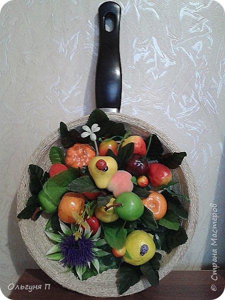 В доме нашлась ненужная сковородка - готовить на ней нельзя, а выбросить жалко...Решила создать компаньона для фруктового топиария.... фото 1