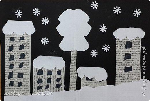"""Эту аппликацию мы назвали """"Мегионская зимняя ночь""""  Зимняя ночь - это понятно, фон тёмный, белые шапки снега, снежинки, сугробики снега,  а вот почему Мегионская??? Потому что сами домики вырезаны из газеты """"Мегионские новости"""". Это наша местная газета.  фото 2"""