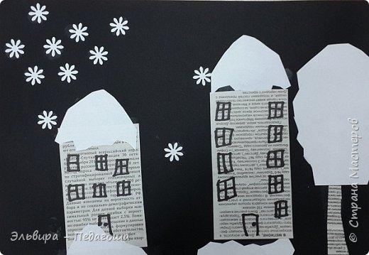 """Эту аппликацию мы назвали """"Мегионская зимняя ночь""""  Зимняя ночь - это понятно, фон тёмный, белые шапки снега, снежинки, сугробики снега,  а вот почему Мегионская??? Потому что сами домики вырезаны из газеты """"Мегионские новости"""". Это наша местная газета.  фото 4"""