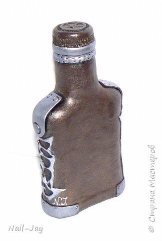 Начну-ка я, пожалуй, с благодарности :-) С большой благодарности тем, кто оставляет в нашей парадной интересные бутылочки. Они, конечно, свинячат... Но, благодаря им, мне есть на чём оттачивать свои навыки. :-)  Так что представляю вам свою новую работу - брутальную бутылочку в стиле любимого мной стимпанка.  фото 3