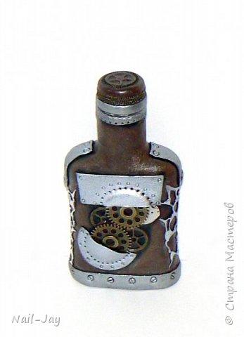 Начну-ка я, пожалуй, с благодарности :-) С большой благодарности тем, кто оставляет в нашей парадной интересные бутылочки. Они, конечно, свинячат... Но, благодаря им, мне есть на чём оттачивать свои навыки. :-)  Так что представляю вам свою новую работу - брутальную бутылочку в стиле любимого мной стимпанка.  фото 1
