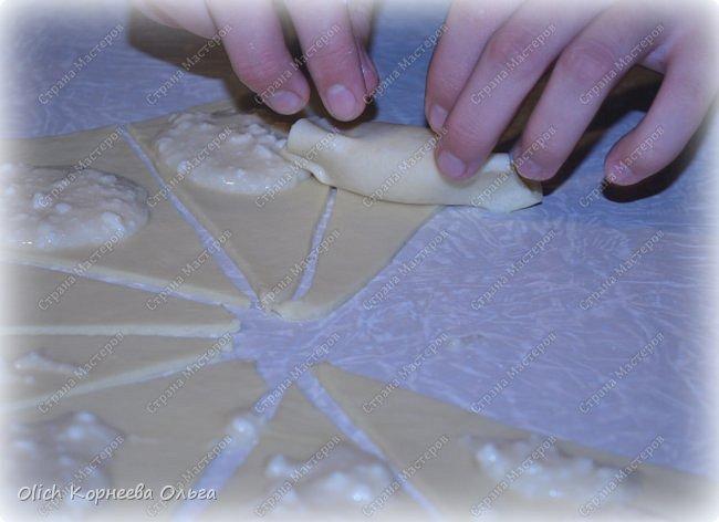 Доброго дня! Рассказываю еще один очень простой рецепт. Печь будем рассыпчатые рогалики с творожной начинкой. Тесто и начинку  готовить очень быстро, просто, у меня с этой работой легко справляются дети. Рогалики получаются нежными, сладкими, тесто тонкое и рассыпчатое. фото 12