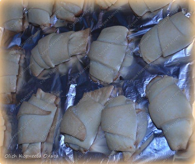 Доброго дня! Рассказываю еще один очень простой рецепт. Печь будем рассыпчатые рогалики с творожной начинкой. Тесто и начинку  готовить очень быстро, просто, у меня с этой работой легко справляются дети. Рогалики получаются нежными, сладкими, тесто тонкое и рассыпчатое. фото 14