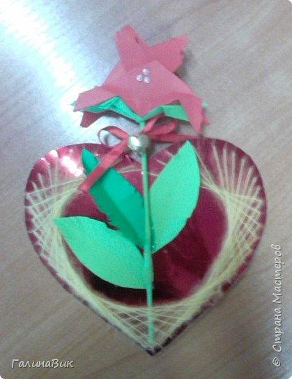Добрый всем день!!! Предлагаю идею для создания подарка к замечательному празднику. На красном картоне в виде сердца выполнена изинить. Дополнено сердце розой, выполненной в технике оригами. Роза вставлена под изонить и приклеена внизу и сверху. фото 15