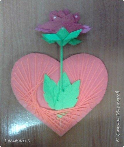 Добрый всем день!!! Предлагаю идею для создания подарка к замечательному празднику. На красном картоне в виде сердца выполнена изинить. Дополнено сердце розой, выполненной в технике оригами. Роза вставлена под изонить и приклеена внизу и сверху. фото 16