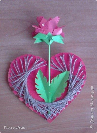 Добрый всем день!!! Предлагаю идею для создания подарка к замечательному празднику. На красном картоне в виде сердца выполнена изинить. Дополнено сердце розой, выполненной в технике оригами. Роза вставлена под изонить и приклеена внизу и сверху. фото 17