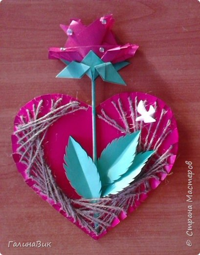Добрый всем день!!! Предлагаю идею для создания подарка к замечательному празднику. На красном картоне в виде сердца выполнена изинить. Дополнено сердце розой, выполненной в технике оригами. Роза вставлена под изонить и приклеена внизу и сверху. фото 18