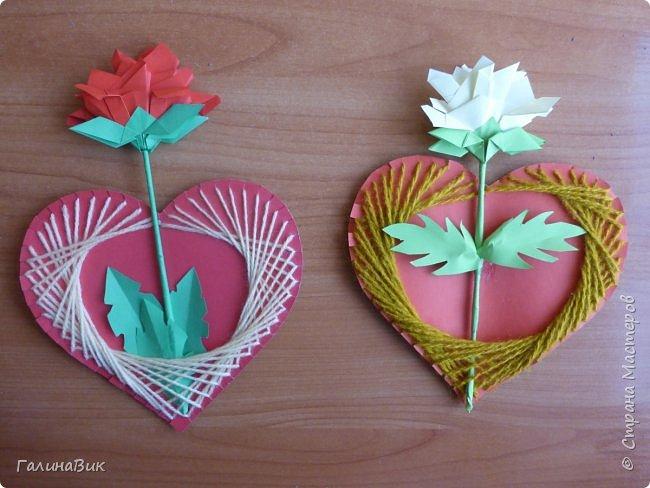 Добрый всем день!!! Предлагаю идею для создания подарка к замечательному празднику. На красном картоне в виде сердца выполнена изинить. Дополнено сердце розой, выполненной в технике оригами. Роза вставлена под изонить и приклеена внизу и сверху. фото 11