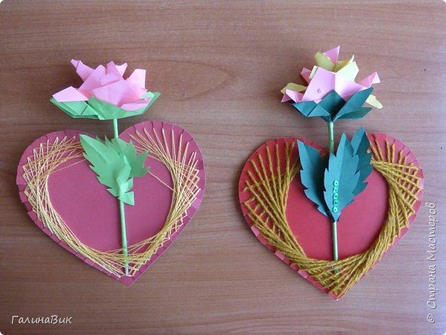 Добрый всем день!!! Предлагаю идею для создания подарка к замечательному празднику. На красном картоне в виде сердца выполнена изинить. Дополнено сердце розой, выполненной в технике оригами. Роза вставлена под изонить и приклеена внизу и сверху. фото 12