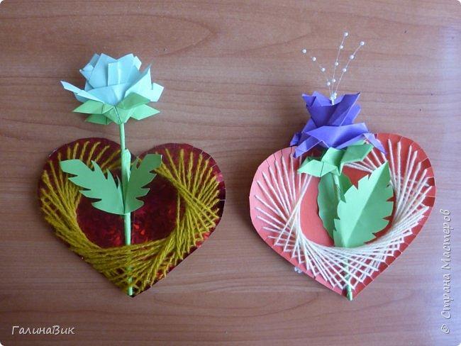 Добрый всем день!!! Предлагаю идею для создания подарка к замечательному празднику. На красном картоне в виде сердца выполнена изинить. Дополнено сердце розой, выполненной в технике оригами. Роза вставлена под изонить и приклеена внизу и сверху. фото 13