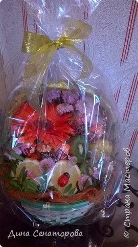 Букет из цветов, фруктов и конфет фото 2