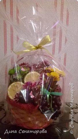 Букет из цветов, фруктов и конфет фото 1