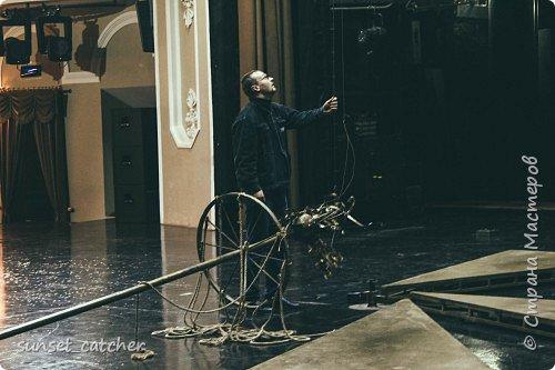 Если вы студент-айтишник, ваш ВУЗ внезапно вам открыл электив по фотографии, а ведет вам его актер и режиссер драматического театра, то вам повезло так же как и нам :) Потому что мы были в невероятном стране - за кулисами театра. Много фотографий и не очень много текста ;)    Бутафорский цех. Здесь творится магия - готовятся декорации к спектаклям. Если нужно, полотна полностью раскладывают на полу, а верхняя галерея нужна для того, чтобы оценить с перспективы что творится внизу.   фото 35