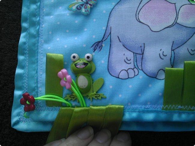 Доброй всем ночи! А у меня очередная похвастушка...................это мягкая и интересная книжечка для маленькой девочки Насти про слоника. На обложке буквы съемные, крепятся на велкро фото 8