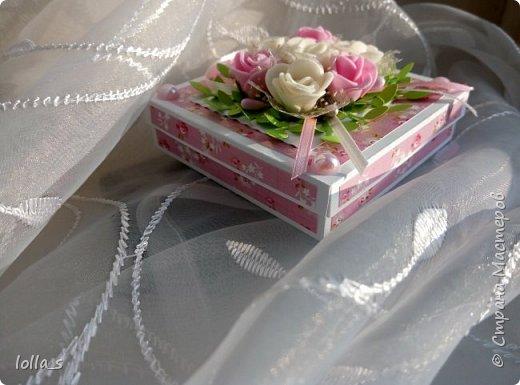 Здравствуйте. Сегодня у меня Коробочка для денежного подарка. Основа- плотный картон. Обклеена бумагой для скрапбукинга. Украшена цветами из фоамирана, атласными лентами и полубусинками под жемчуг. Размер коробочки 8х8х2 см.  фото 3