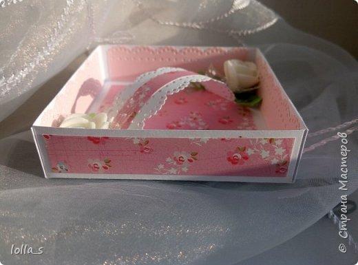 Здравствуйте. Сегодня у меня Коробочка для денежного подарка. Основа- плотный картон. Обклеена бумагой для скрапбукинга. Украшена цветами из фоамирана, атласными лентами и полубусинками под жемчуг. Размер коробочки 8х8х2 см.  фото 6