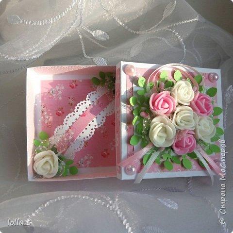 Здравствуйте. Сегодня у меня Коробочка для денежного подарка. Основа- плотный картон. Обклеена бумагой для скрапбукинга. Украшена цветами из фоамирана, атласными лентами и полубусинками под жемчуг. Размер коробочки 8х8х2 см.  фото 4