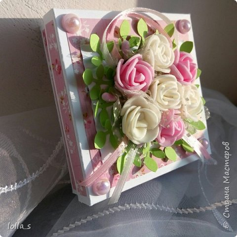 Здравствуйте. Сегодня у меня Коробочка для денежного подарка. Основа- плотный картон. Обклеена бумагой для скрапбукинга. Украшена цветами из фоамирана, атласными лентами и полубусинками под жемчуг. Размер коробочки 8х8х2 см.  фото 7