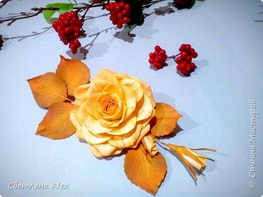 """Добрый, добрый день, дорогие феечки!                                                                                                                                                   Вот и осень за окном. Даже не осень, а уже зима.      """"Все вокруг белым-бело.    Белым снегом замело""""  Немного лирического отступления. А у нас вот такая яркая осенняя розочка. Выполнена из иранского фоамирана. Брошь с  нежно-оранжевой окраской цветка выглядит ярко и привлекательно на фоне тусклой и унылой погоды за окном.  фото 1"""