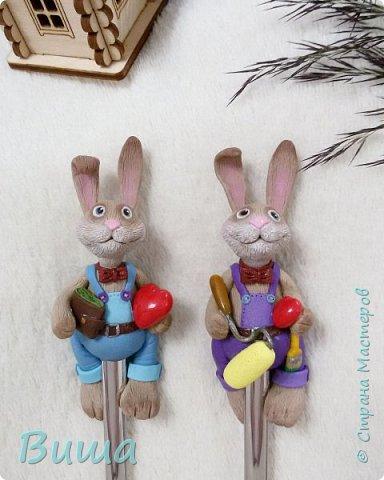 """Заказ от приятеля был простой - """"Сергевна, сделай мне 2-х зайцев на ложках, либо мордочки, либо целиком, но с сердечками"""" Казалось бы...Но как зайцы (первый раз лепила зайцев кстати) были готовы почти, понеслось...""""а можно одному дрель в руку или перфоратор или что-нибудь про ремонт, а другому деньги в лапу....."""" Вроде справилась :) фото 2"""