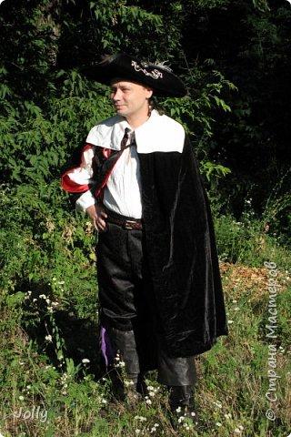 """""""Классическая"""" черно-красная мушкетерка, боевая, а потому с минимумом украшений. Делался костюм на хорошего друга и соратника под его привычки. фото 1"""